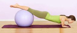 Отжимания с согнутыми коленями на фитболе